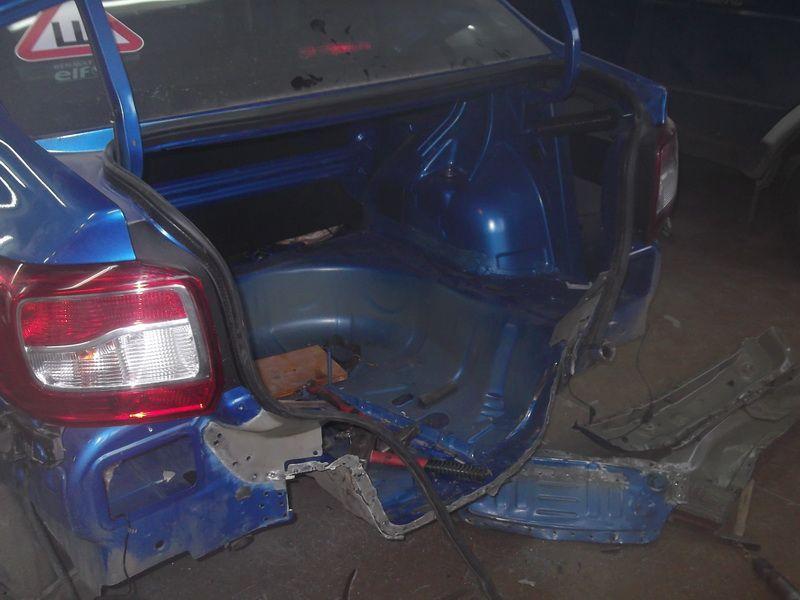 Фото авто с сильным повреждением багажника
